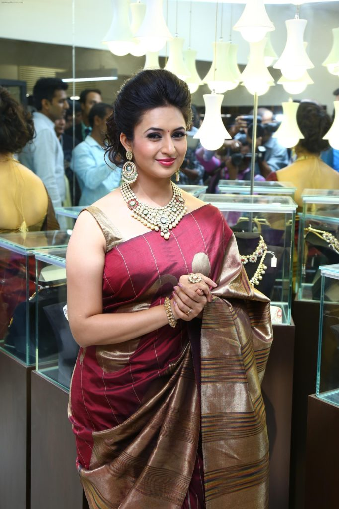 Divyanka Tripathi HD Pics In Saree
