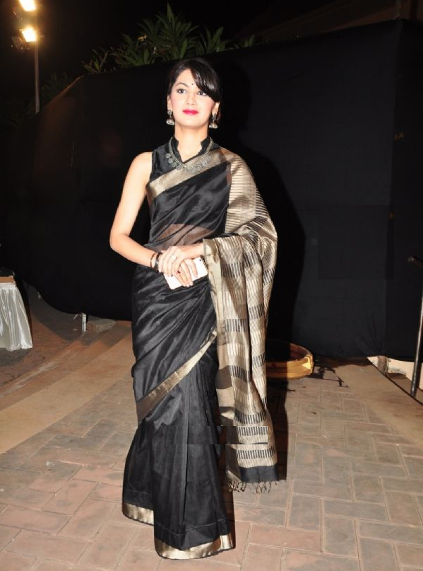 Sriti Jha Hot Images In Black Saree
