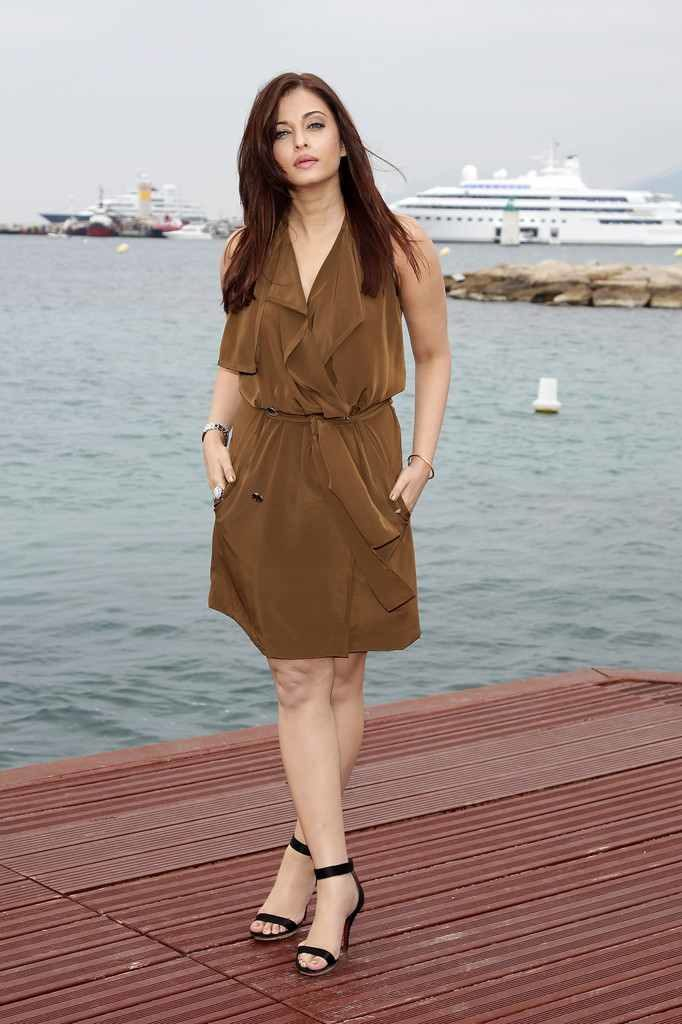 Aishwarya Rai Sexy Legs Pictures In Short Dress