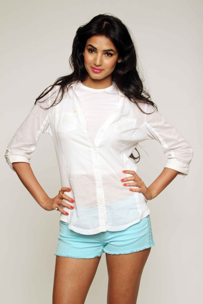 Bollywood Actress Sonal Chauhan Latest Hot & Sexy Images Photos Download