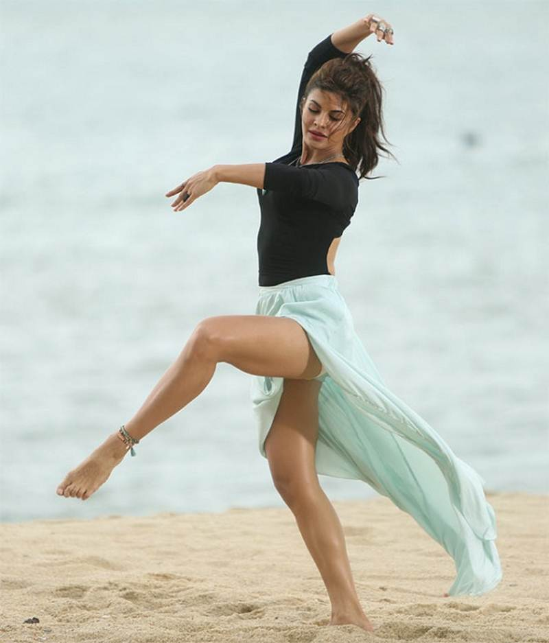 Jacqueline Fernandez Sexy Legs Photos In Short Dress