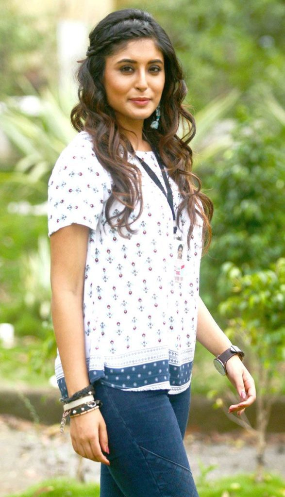 Kritika Kamra Hot Photos In Jeans Top