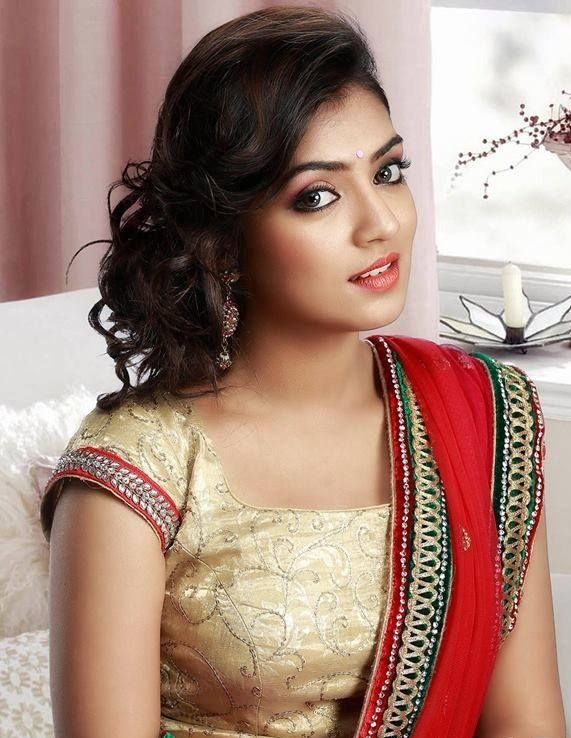 Nazriya Nazim Beautiful Images In Saree