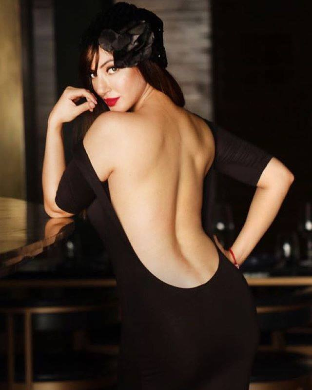 Reyhna Malhotra Hot Images Backless Clothes