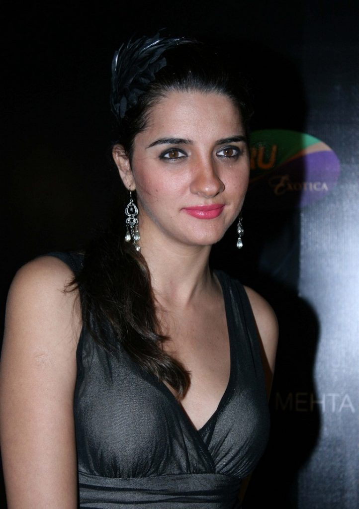 Shruti Seth Cute Smile Pics