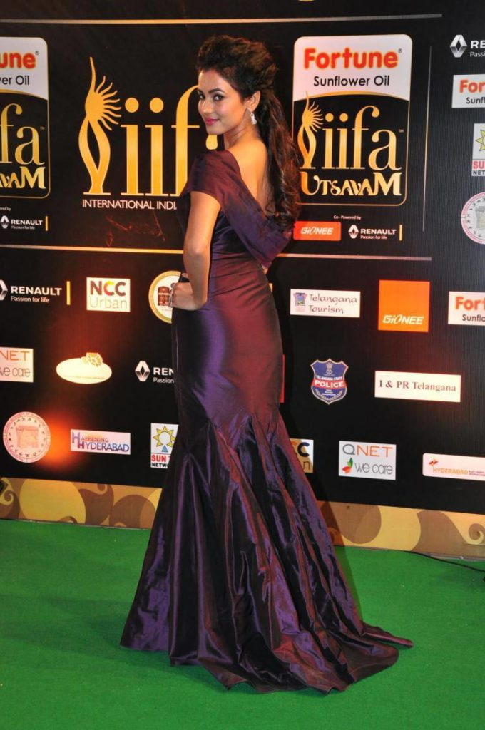 Sonal Chauhan Hot Wallpapers In Back Side