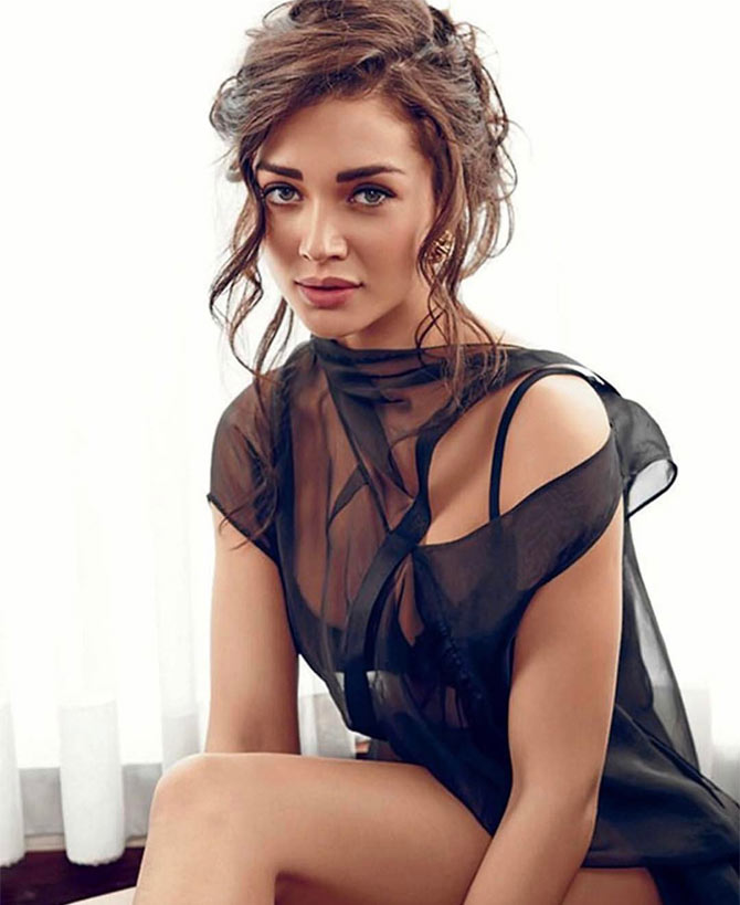 amy jackson in very short cloths pics