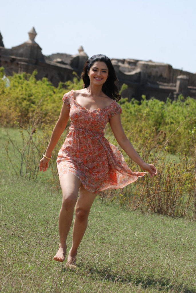Mamta Mohandas Sexy Thigh Pictures In Shorts