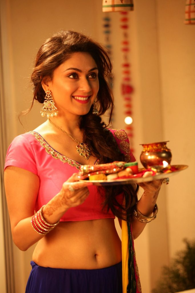 Manjari Phadnis Navel Pics In Movie Look