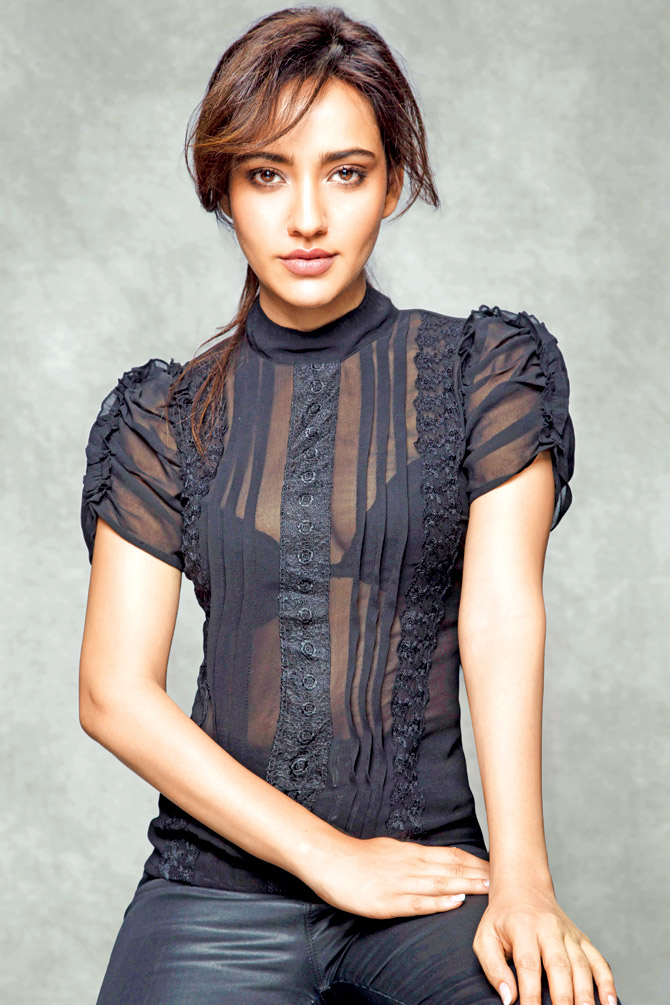 Neha Sharma Navel Pictures