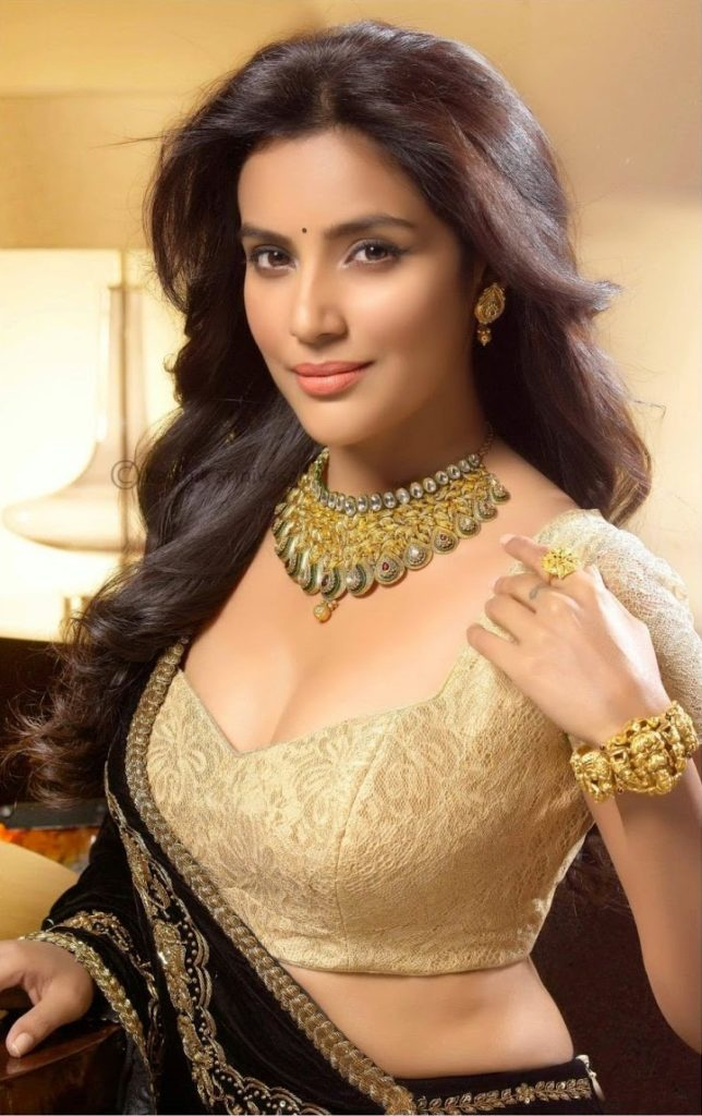 Priya Anand Hot Pics In Bra